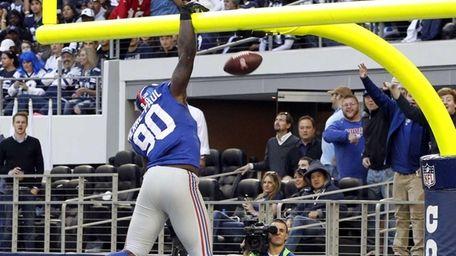 New York Giants defensive end Jason Pierre-Paul dunks