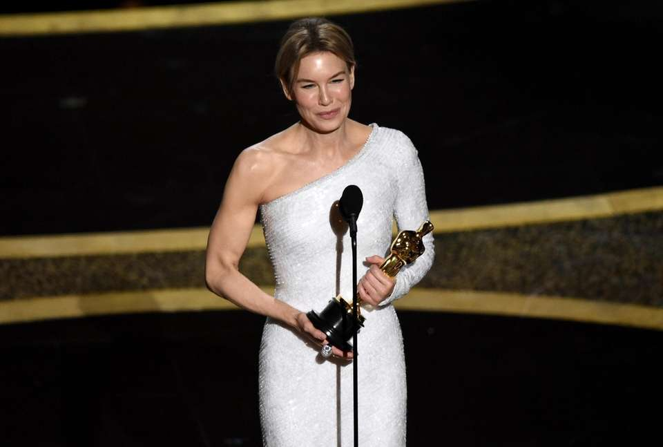 Renee Zellweger accepts the award for best performance