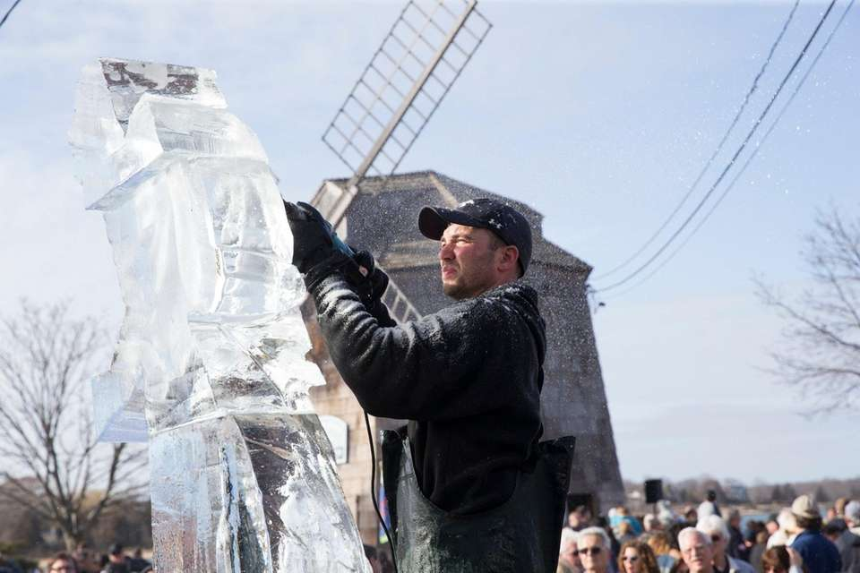 Hundreds of spectators watch an ice carving demo