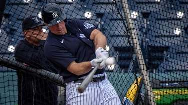 New York Yankees' Erik Kratz taking batting practice