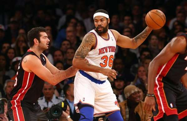 Rasheed Wallace of the New York Knicks controls