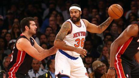 Rasheed Wallace of the New York Knicks controls