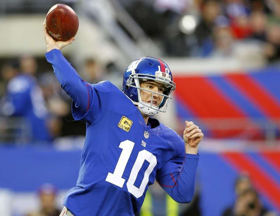 Quarterback Eli Manning of the Giants throws a
