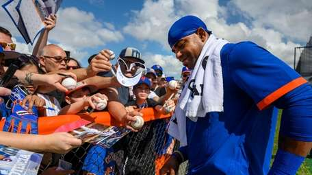 New York Mets outfielder Yoenis Cespedes signing autographs