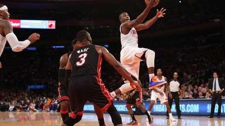 Raymond Felton #2 of the Knicks lays the