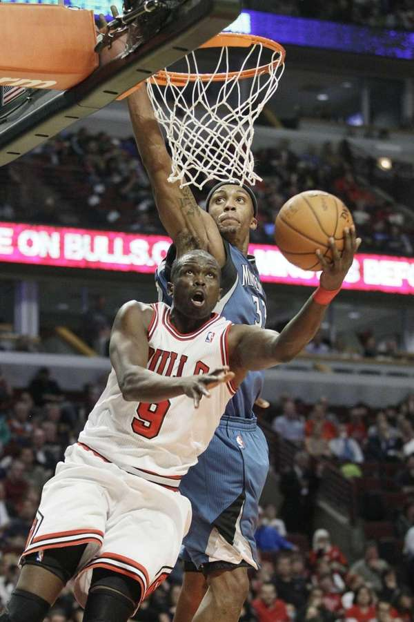 Chicago Bulls forward Luol Deng drives to the