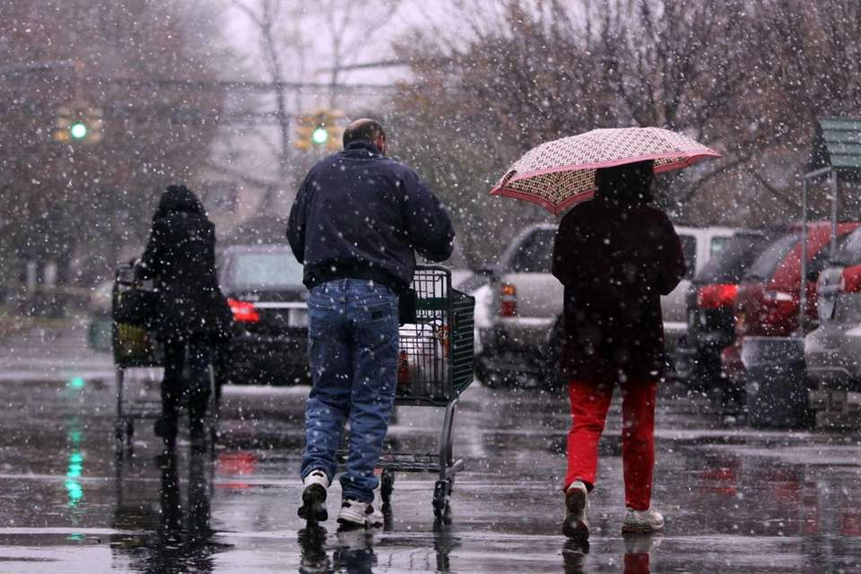 Snow from the coming nor'easter falls on shoppers