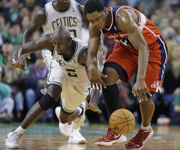 Boston Celtics forward Kevin Garnett (5) tries to