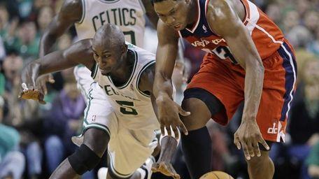 Boston Celtics forward Kevin Garnett (5) tries to