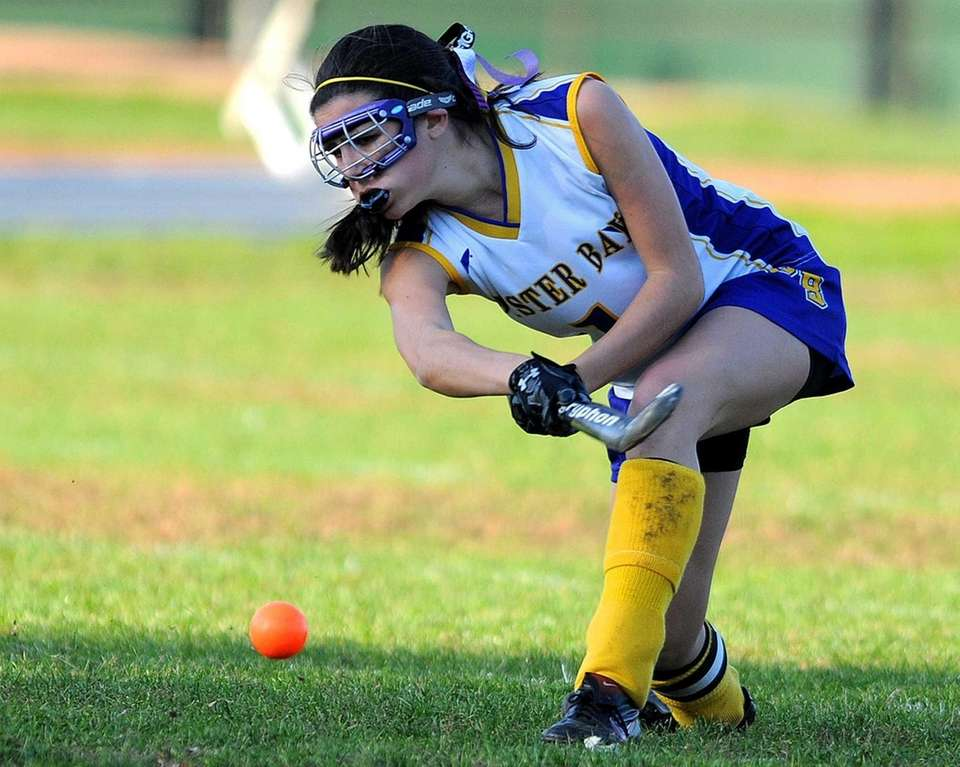 Oyster Bay's Ally Puccio makes a pass in