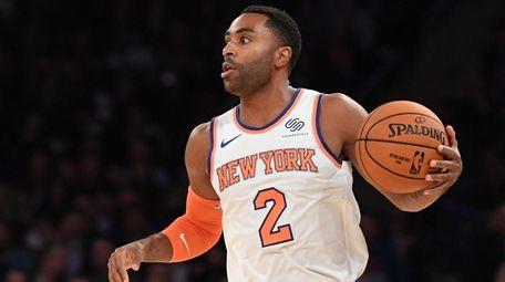 Knicks guard Wayne Ellington controls the ball against