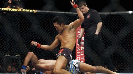 Dong Hyun Kim of South Korea, top, fights