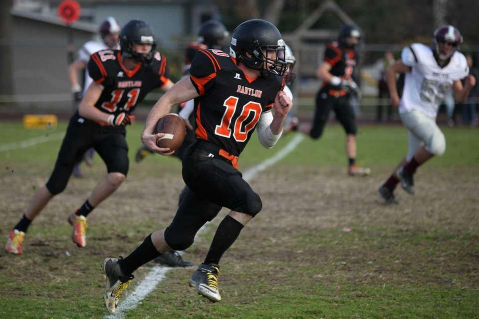 Babylon's Eric Schweitzer runs for a touchdown against
