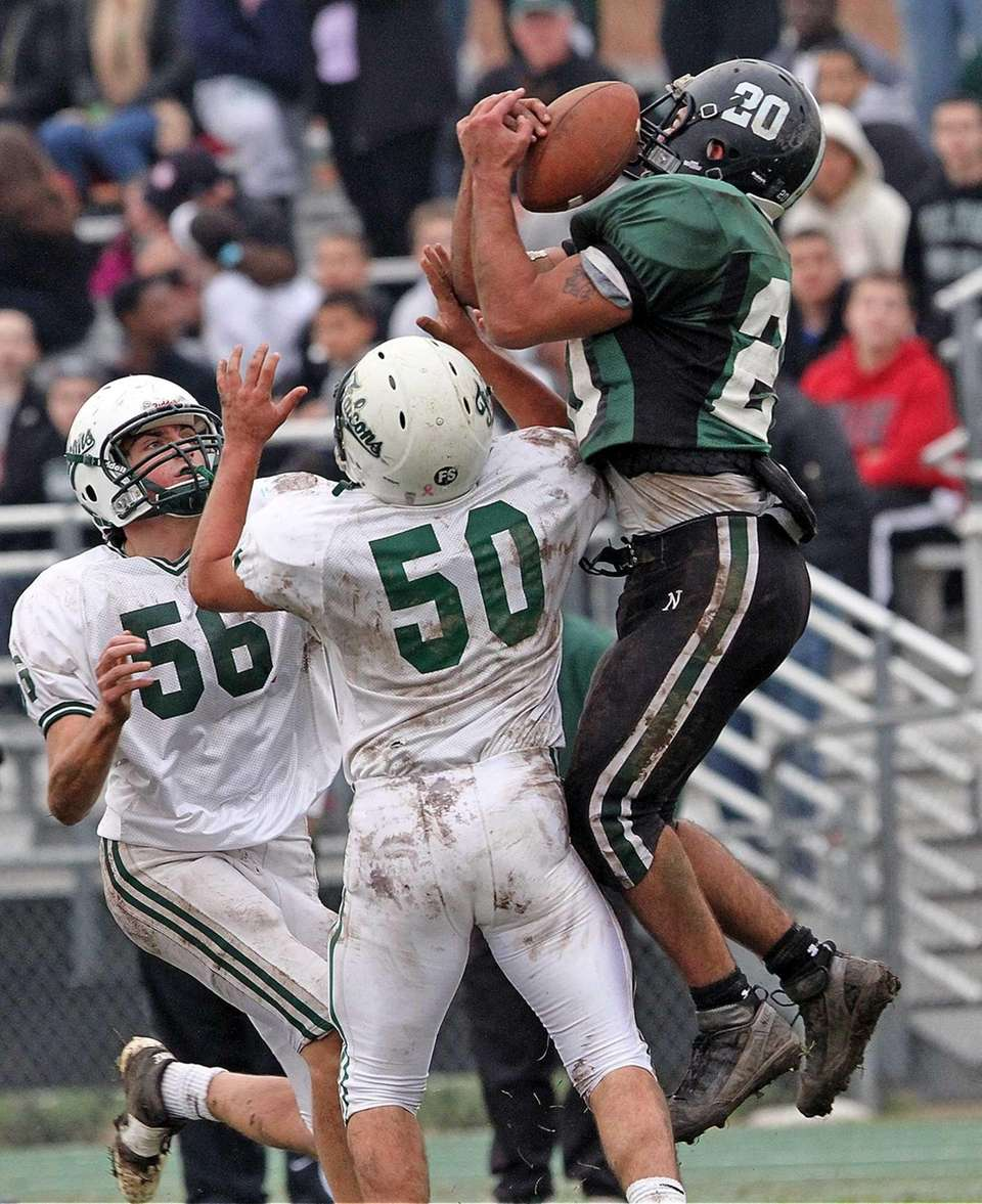 Reaching over the heads of Locust Valley defenders