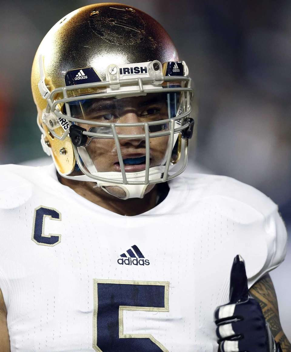 Notre Dame's Manti Te'o gives the thumbs up