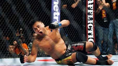 Cung Le celebrates his first-round knockout of Rich