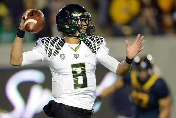 Marcus Mariota #8 of the Oregon Ducks
