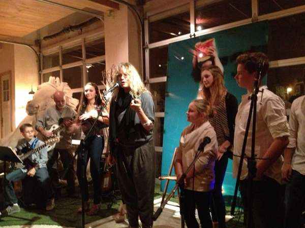 Singer Morley performs with local Sea Cliff kids
