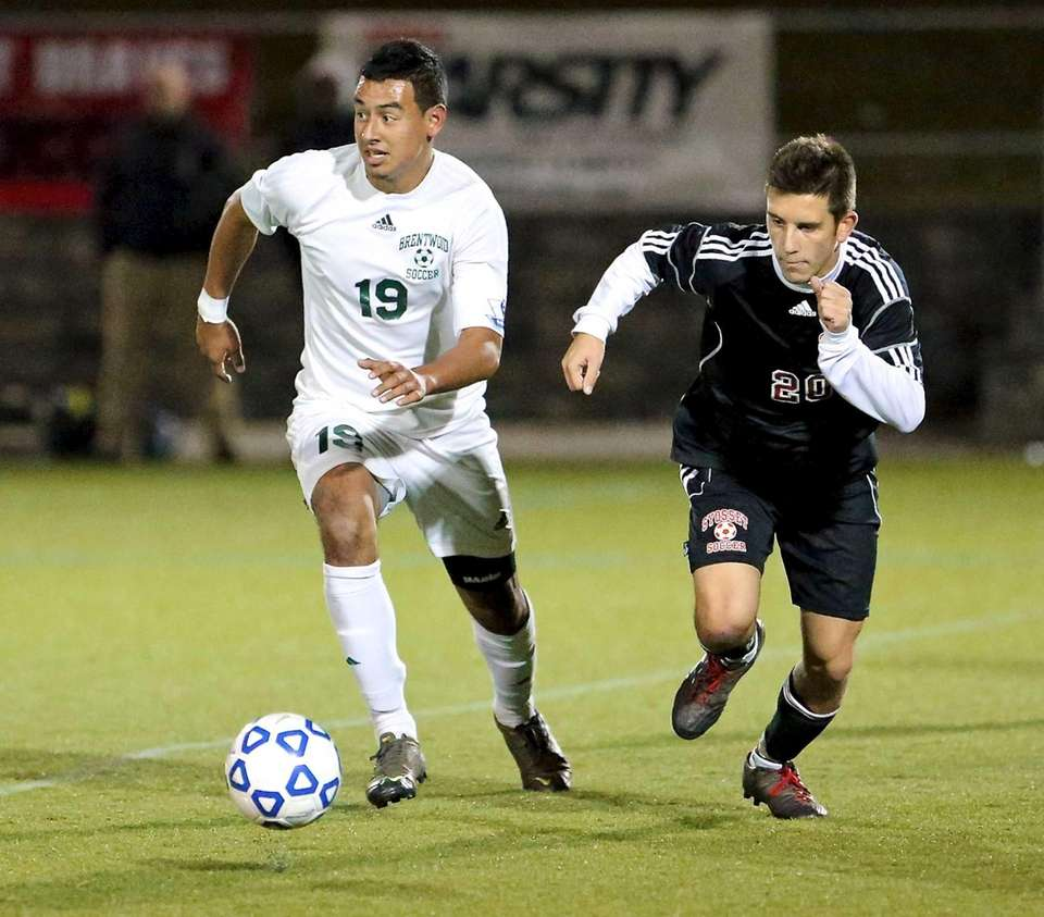 Brentwood's Jonathan Interiano dribbles the ball into the