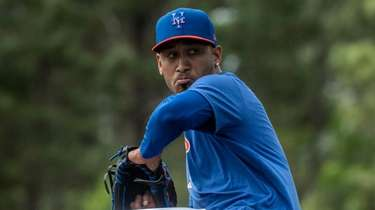 Mets pitcher Edwin Diaz throws during a spring