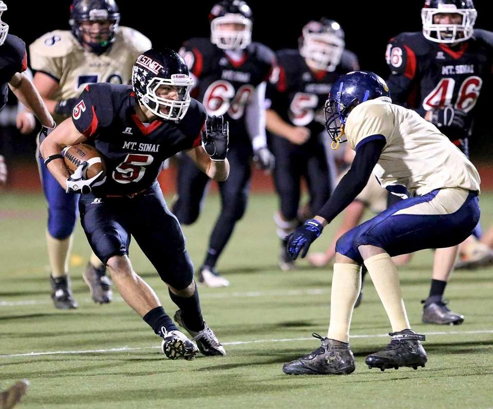 Mt. Sinai running back Mark Donadio tries to