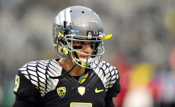 Quarterback Marcus Mariota of the Oregon Ducks warms