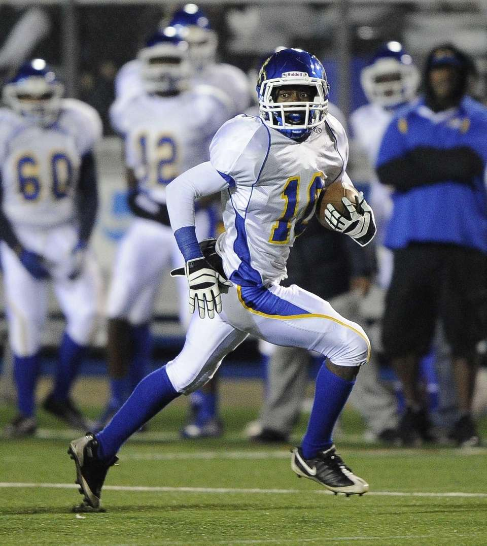 Roosevelt's Marquell Saunders breaks away for a touchdown