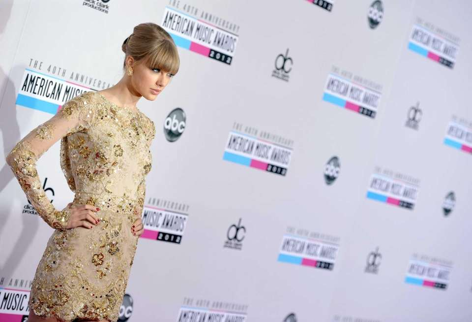 Taylor Swift arrives at the 40th anniversary American