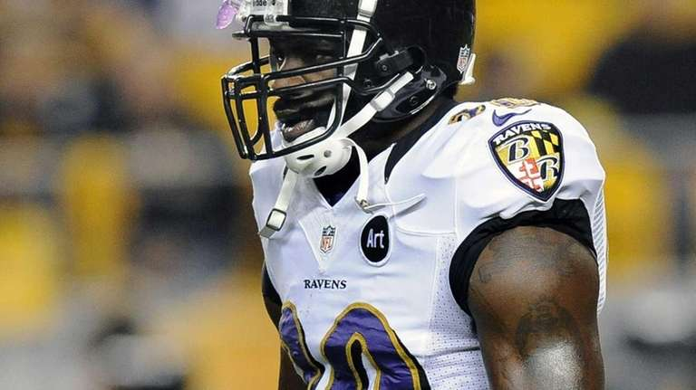 Baltimore Ravens free safety Ed Reed warms up