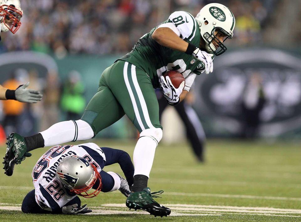 Dustin Keller of the New York Jets tries