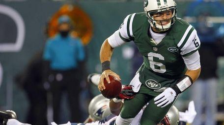Jets quarterback Mark Sanchez is sacked by Justin