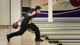 Dominick Rossi of St. AnthonyÕs throws from the