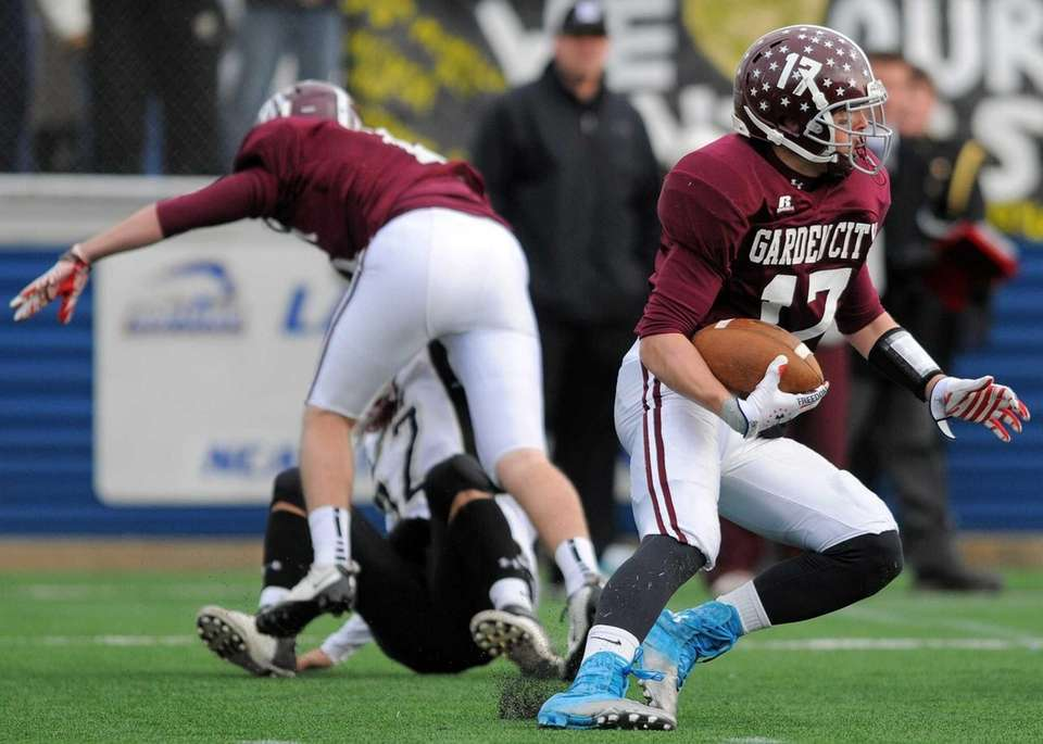 Garden City's Justin Guterding returns a kick in
