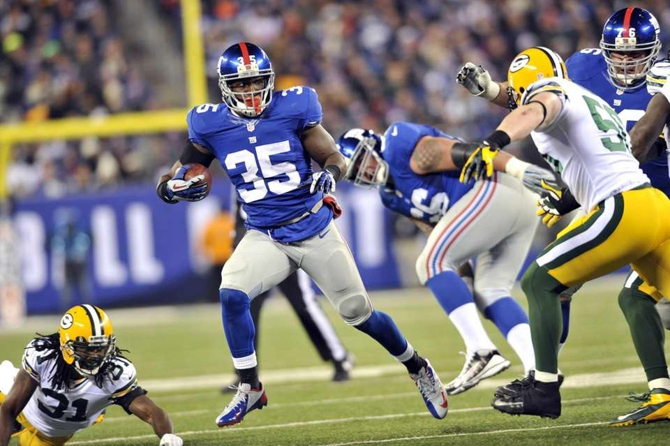 Andre Brown of the Giants dances through Packers