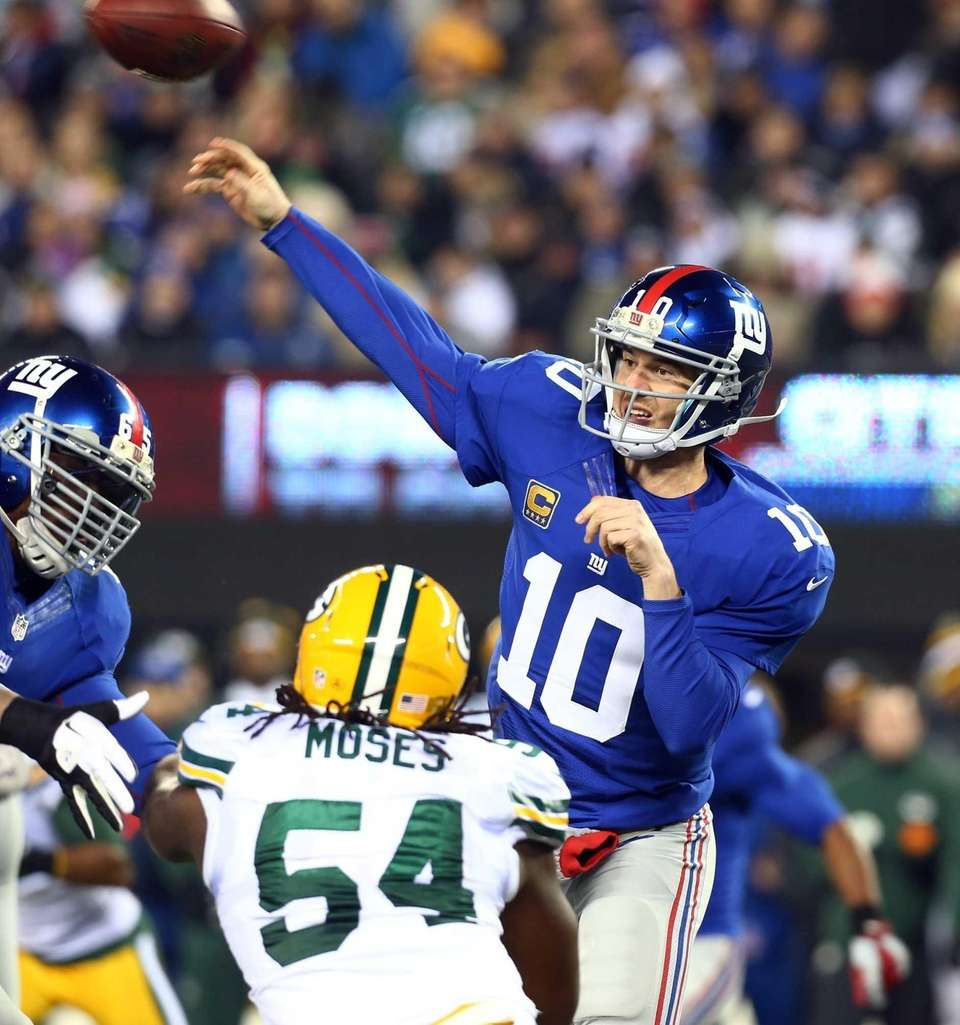 Eli Manning of the New York Giants throws