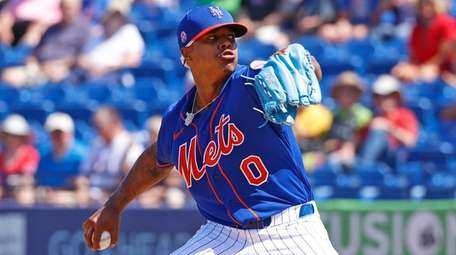 Marcus Stroman of the Mets throws against the