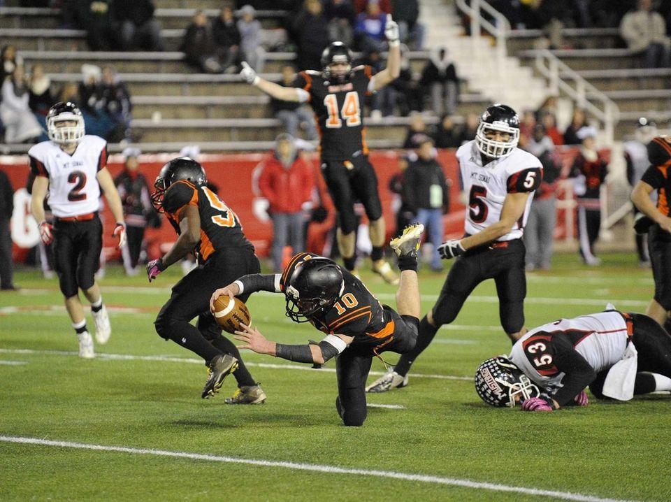 Babylon's Eric Schweitzer dives to score a touchdown