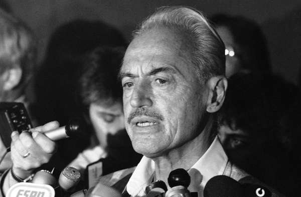 Baseball union leader Marvin Miller speaks to reporters
