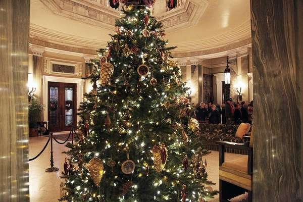 A Christmas tree in the entrance hall of