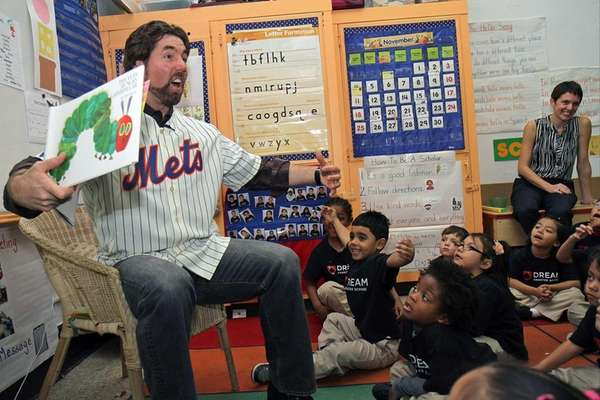 R.A. Dickey reads to kindergarten students. (Nov. 26,