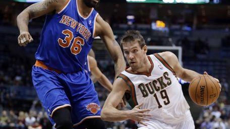 The Milwaukee Bucks' Beno Udrih (19) tries to