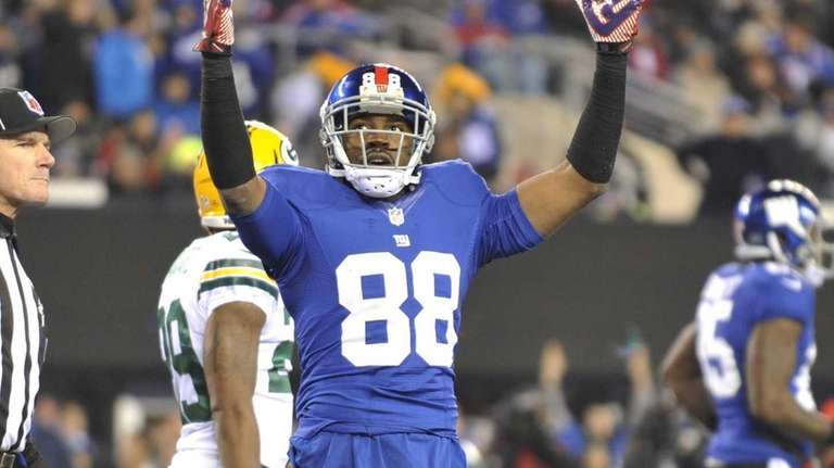 Giants' Hakeem Nicks watches a video replay and