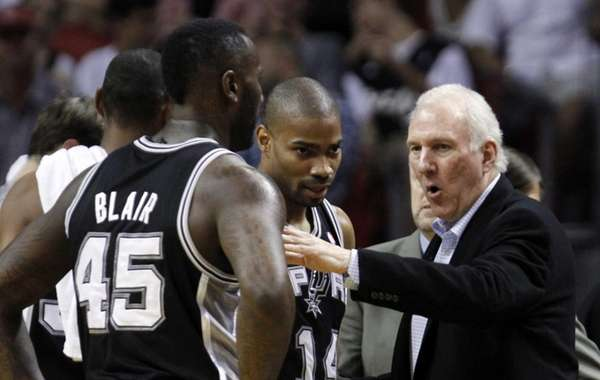 San Antonio Spurs head coach Gregg Popovich, right,