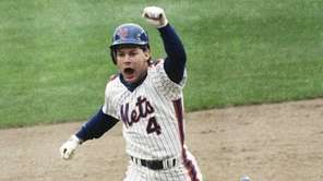The Mets' Lenny Dykstra thrusts a fist in