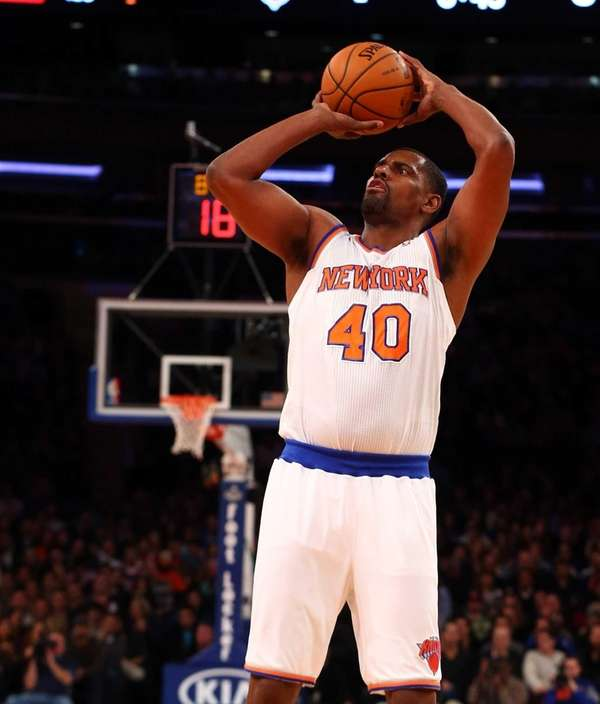 Kurt Thomas of the Knicks takes a shot