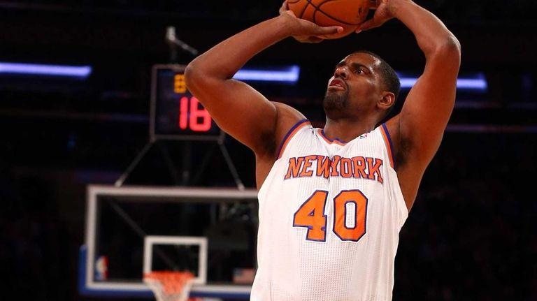 Kurt Thomas of the Knicks takes a shot