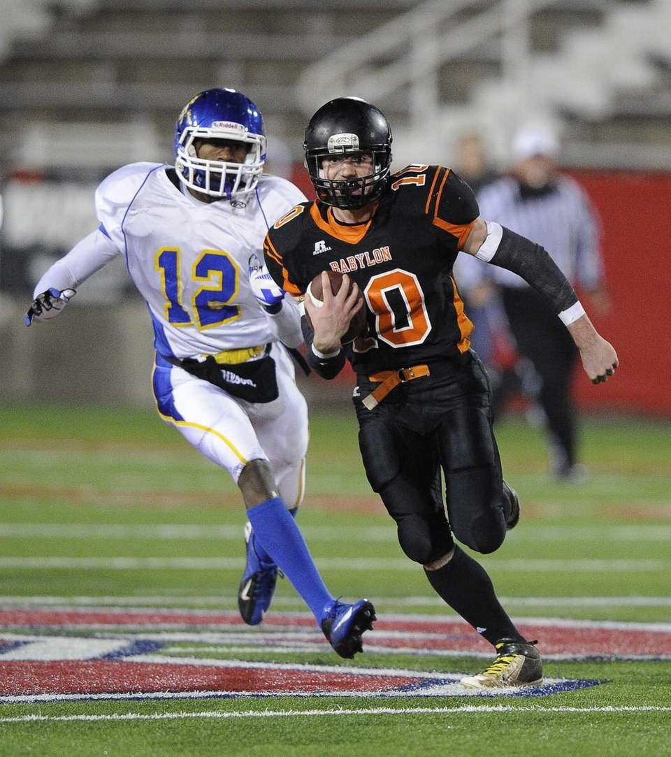 Babylon's Eric Schweitzer runs for an 85-yard touchdown