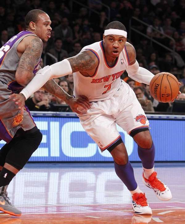 New York Knicks' Carmelo Anthony drives against Phoenix