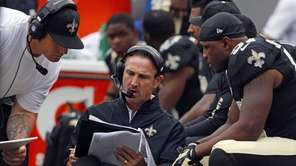 New Orleans Saints defensive coordinator Steve Spagnuolo, center,