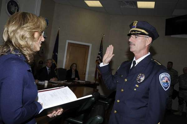 Robert Pearce gets sworn by Sundya Schermeyer, Town
